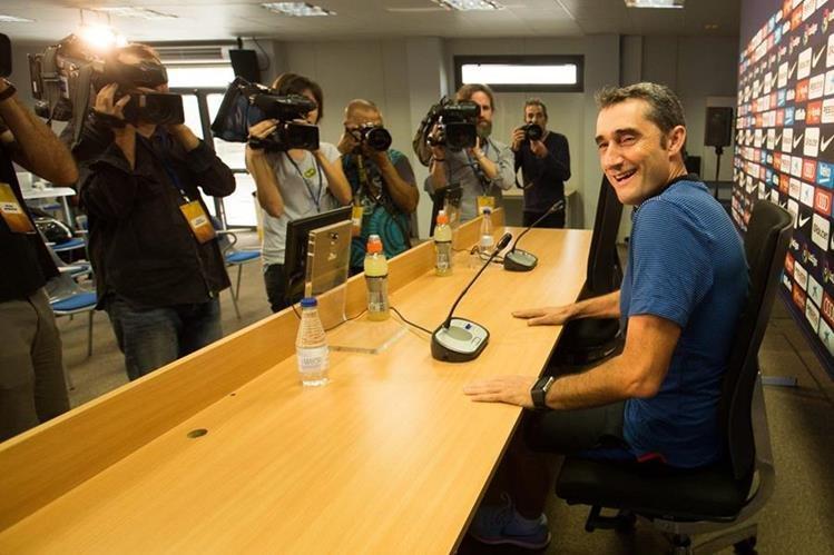 El técnico catalán, Ernesto Valverde, habla con los periodistas previo al partido contra el Athletic. (Foto Prensa Libre: EFE)
