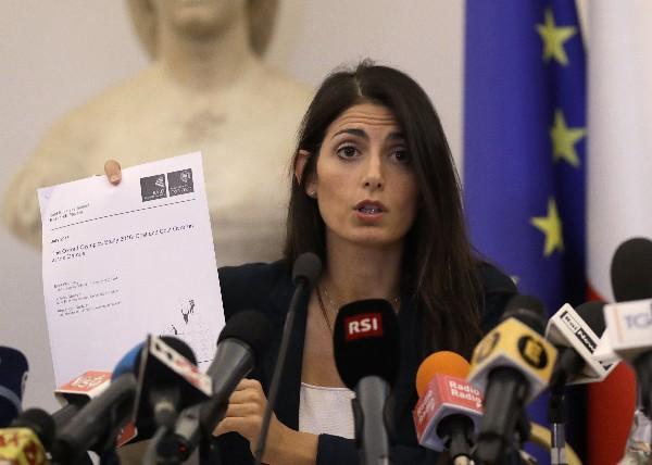La alcaldesa de Roma, Virginia Raggi, calificó de irresponsable mantener la candidatura olímpica. (Foto Prensa Libre: AFP).