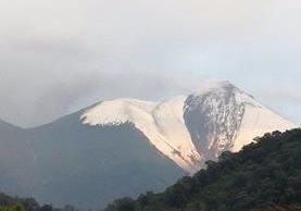 Fue tal la magnitud del granizo que la cima del volcán tomó el aspecto de un paisaje invernal. (Foto Prensa Libre: Mariela Matzul)