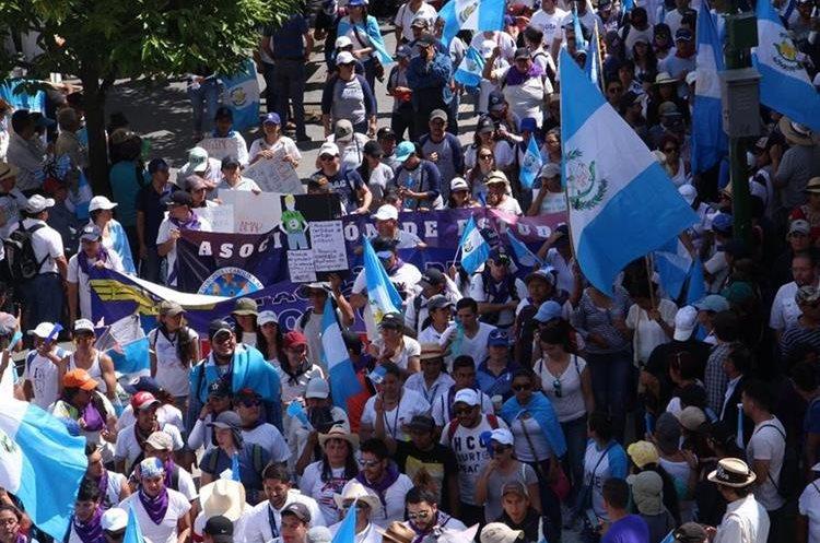 Decenas de personas desfilan hacia Palacio Nacional de la Cultura para demostrar su rechazo a los actos de corrupción. (Foto Prensa Libre: Pablo Juárez)