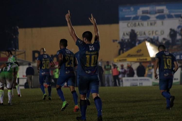 Maximiliano Lombardi festeja luego de anotar el gol del triunfo cobanero. (Foto Prensa Libre: Eduardo Sam)