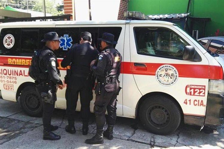 Agentes de la PNC resguardan ambulancia en la que era trasladado una de las víctimas del enfrentamiento armado en Siquinalá. (Foto Prensa Libre: Carlos E. Paredes)