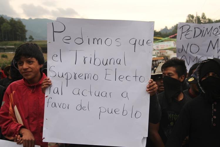 Pobladores de la cabecera de Sololá piden al TSE que se haga un recuento de los votos emitidos para la Alcaldía de ese municipio. (Foto Prensa Libre: Ángel Julajuj)
