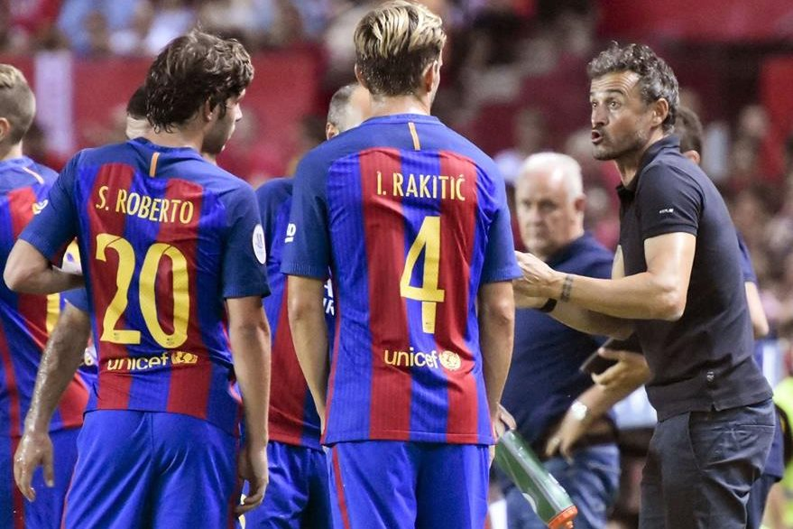 El entrenador del FC Barcelona, Luis Enrique, conversa con sus jugadores, durante el partido de ida de la Supercopa de España. (Foto Prensa Libre: EFE)