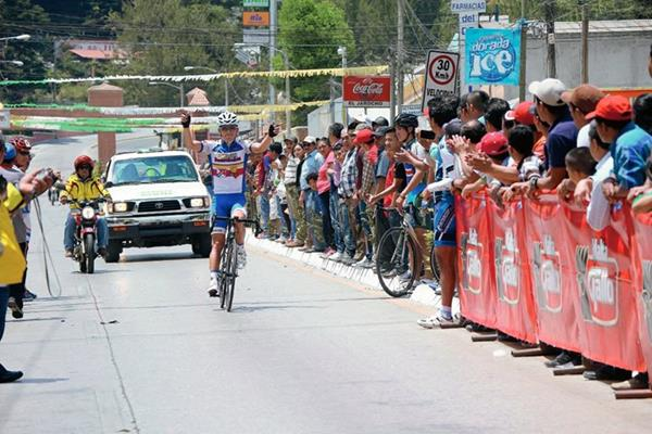 Manuel Rodas festeja luego de ingresar en primer lugar a la meta en San José Pinula. (Foto Prensa Libre: Cortesía FedeCiclismo)