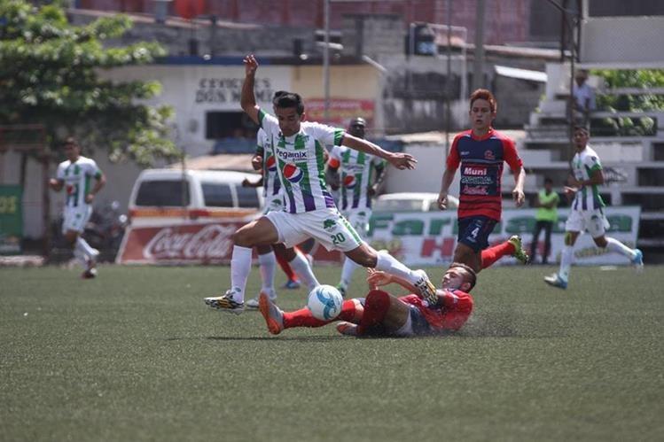 Alexis Matta, de Antigua GFC, es presionado por jugadores de Malacateco, en el encuentro disputado este domingo en el estadio Santa Lucía. (Foto Prensa Libre: Aroldo Marroquín).