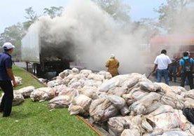 Socorristas sofocan las llamas en un furgón que transportana material de reciclaje, en San Martín Zapotitlán, Retalhuleu. (Foto Prensa Libre: Rolando Miranda)