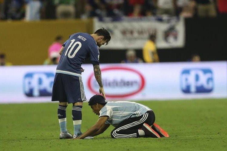 Un aficionado saltó a la cancha en el juego entre Estados Unidos y Argentina. (Foto Prensa Libre: EFE)