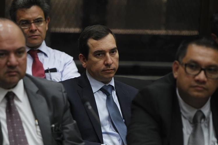 El banquero, Julio Aldana Franco, quien laboró en Banrural, se presentó al Juzgado de Mayor Riesgo B, quedó detenido. (Foto Prensa Libre: Paulo Raquec)