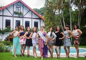 Las ocho candidatas posan con Lourdes Gómez Quinillo, reina saliente. (Foto Prensa Libre: Cortesía Municipalidad de Mixco)