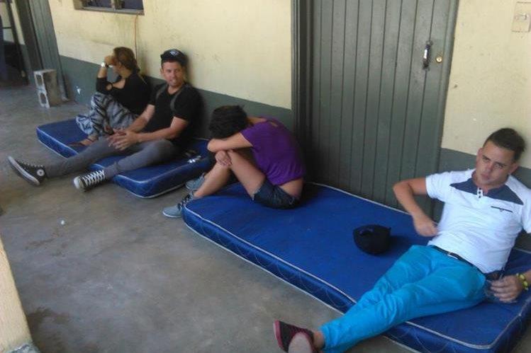 Algunos de los 25 indocumentados que fueron interceptados en Zacapa. (Foto Prensa Libre: Edwin Paxtor)