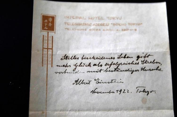 La nota en la que Albert Einstein escribió su Teoría de la Felicidad en 1922 (Foto Prensa Libre: AFP).