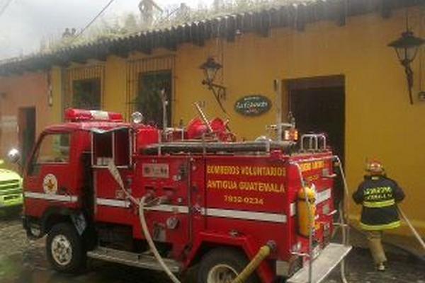 <p>Socorristas combaten el incendio que se originó en el restaurante de Antigua Guatemala. (Foto Prensa Libre: Miguel López)<br></p>