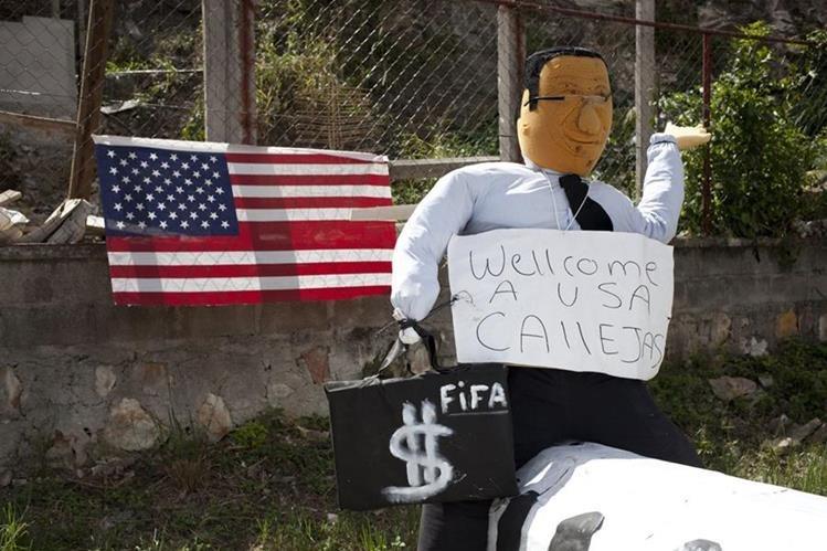 Muñeco de papel que representa al expresidente hondureño, Rafael Callejas. (Foto Prensa Libre: EFE).