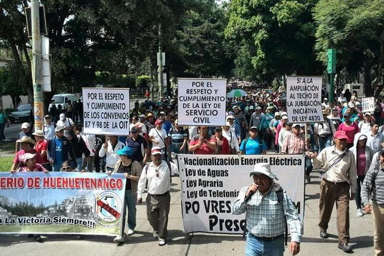 Maestros que integran el sindicato de Joviel Acevedo manifestarán a favor de Pérez Molina este miércoles en la capital. (Foto Prensa Libre: E. Paredes)
