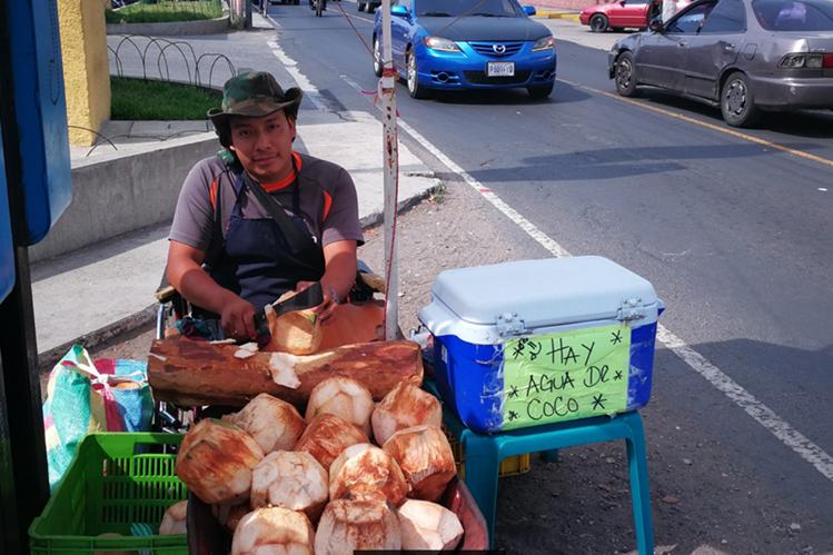 Alex Guzmán instala su venta de cocos en el ingreso principal de Boca del Monte, Villa Canales. (Foto Prensa Libre: Óscar García).