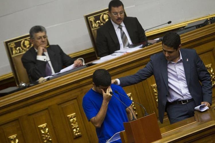 El ciudadano John Pérez llora en el parlamento de Venezuela al relatar que su madre murió por la escasez de medicinas. (Foto Prensa Libre: EFE).