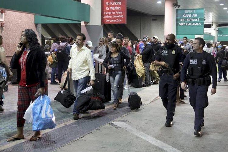 Pasajeros esperan abordar sus vuelos en la terminal aérea de Fort Lauderdale, un día después de la balacera en la que murieron cinco personas. (Foto Prensa Libre: AP).