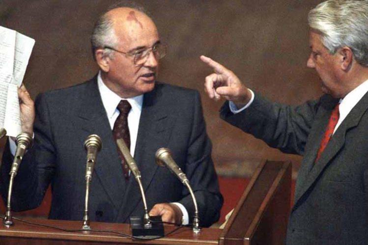 Boris Yeltsin (d) le conmina a Mijail Gorbachov a la desaparición del PCUS (Partido Comunista de la Unión Soviética).