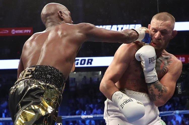 Floyd Mayweather Jr. acierta un golpe a su contrincante Conor McGregor.
