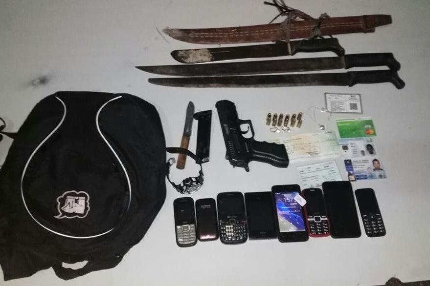 Armas y teléfonos móviles decomisados por agentes de la PNC en Mazatenango. (Foto Prensa Libre: PNC)