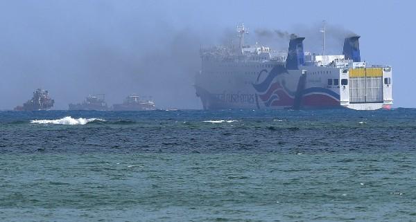 Una colomna de humo sale del crucero Caribbean Fantasy en la costa de Puerto Rico.(AP).