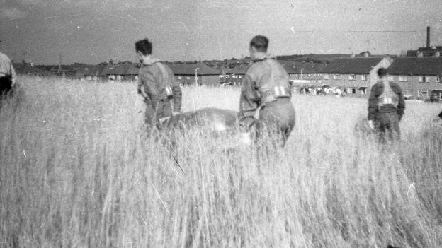 """Los platillos fueron llevados para ser examinados antes de que sus creadores confesaran que habían sido responsables de la """"invasión"""". JOHN KEELING"""