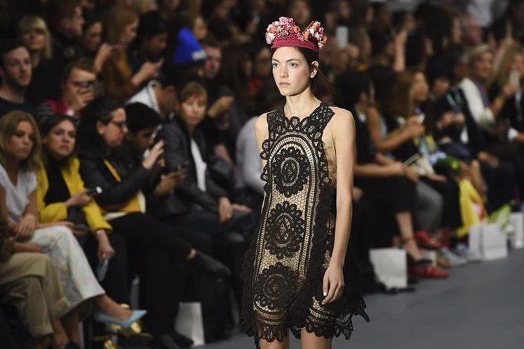 Una moodelo desfila con las creaciones del diseñador turco Bora Aksu durante la Semana de la Moda de Londres. (Foto Prensa Libre: EFE).