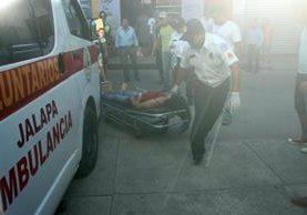 Los Bomberos Voluntarios trasladaron a las dos víctimas que fueron atacadas en Jalapa, durante la inauguración de un pozo. (Foto Prensa LIbre: Hugo Oliva)