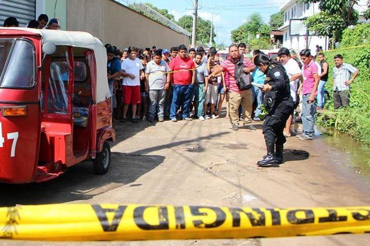 Autoridades resguardan el lugar donde murió baleado Fausto Guzmán, en Retalhuleu. (Foto Prensa Libre: Rolando Miranda)