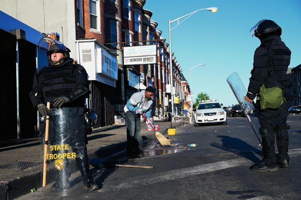 La Policía de Maryland montan guardia después de los disturbios en Baltimore. (Foto Prensa Libre:AP)