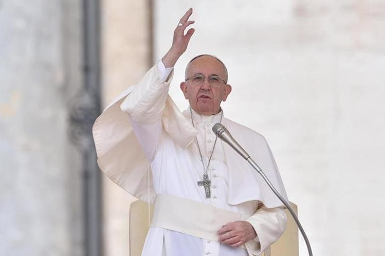 El papa Francisco bendice a los fieles en el Vaticano. (Foto Prensa Libre: EFE)