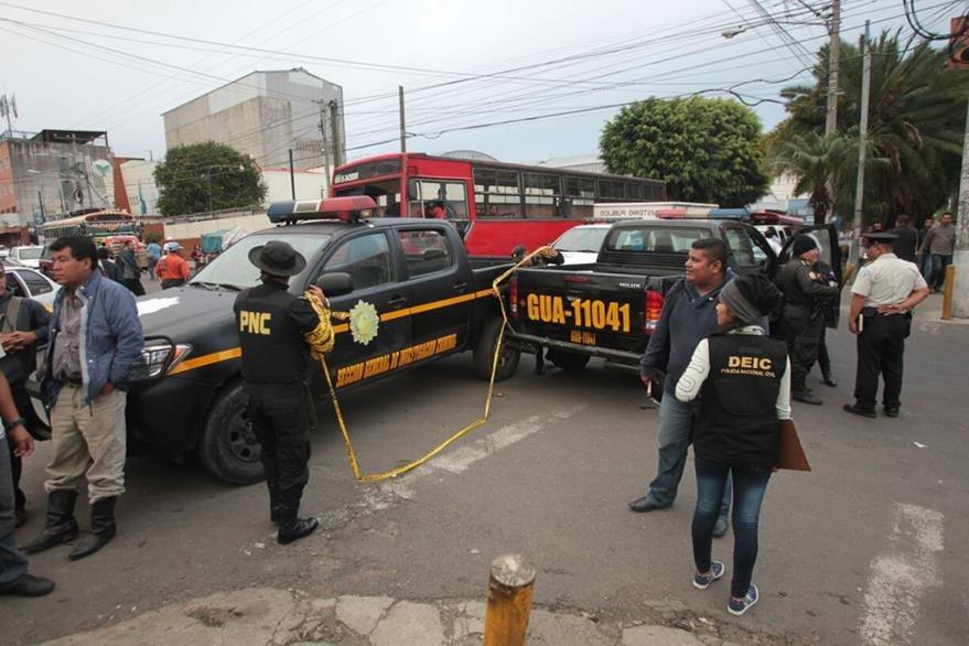 La Policía Nacional Civil aisla el área para que el MP realice las primeras diligencias relacionadas con la muerte del menor, en la zona 9. (Foto Prensa Libre: Érick Ávila)