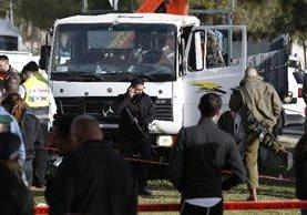 La Policía israelí trabaja frente a un camión después del ataque en Jerusalén. (EFE).