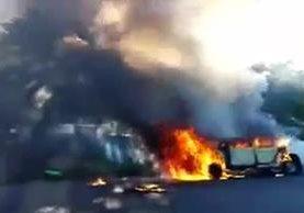 Hombres no identificados prendieron fuego a un pick up en el estado de Guerrero,México.