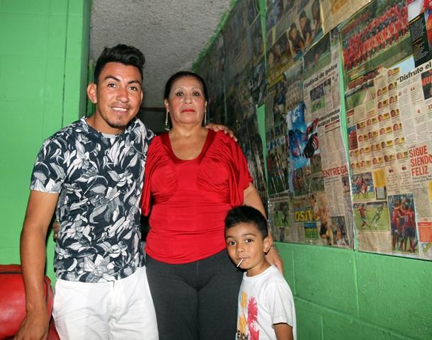 Ciani junto a su señora madre Gilda Barillas en su casa en Villa Nueva. (Foto Prensa Libre: Edwin Fajardo)