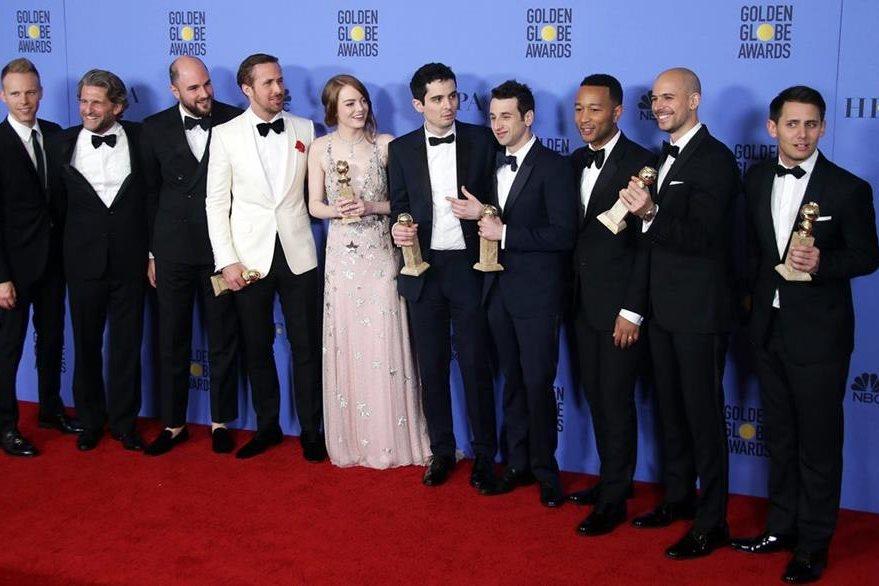 El elenco de La La Land celebró las siete estatuillas que ganó en la gala de los Globos de Oro. (Foto Prensa Libre: EFE)