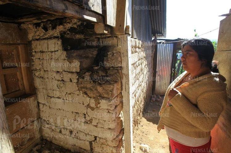 Una mujer observa la destrucción en su vivienda después del terremoto de anoche. (Foto Prensa Libre: Álvaro Interiano)