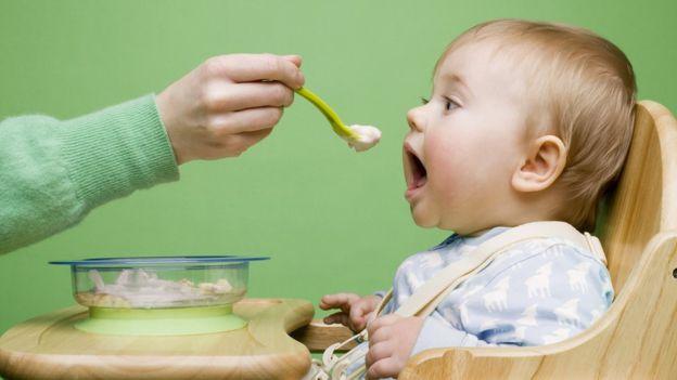Se pueden requerir entre cinco y 15 repeticiones para que acepte un alimento. (Foto: Image Source)