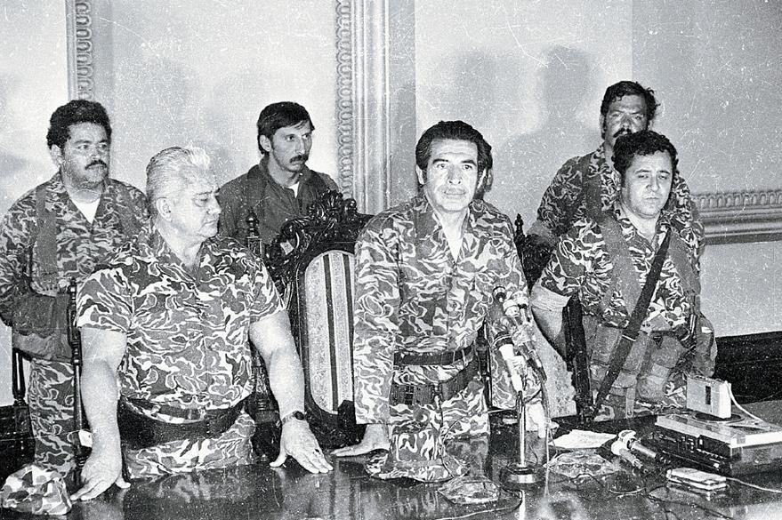 Triunvirato que derrocó al general Lucas García y que desecharía Ríos meses después en 1982 teniendo el poder absoluto. (Foto Prensa Libre: Hemeroteca)
