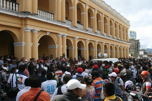 """<p>Los docentes organizaron una marcha que culminó en la sede de Gobernación Departamental. (Foto Prensa Libre: Ángel Martín Tax)<br _mce_bogus=""""1""""></p>"""