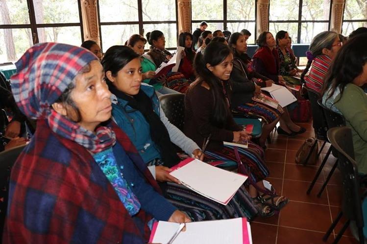 Niñas y adolescentes, participantes en la Escuela de Empoderamiento Político y Liderazgo, durante presentación del programa, en Santa Cruz del Quiché. (Foto Prensa Libre: Héctor Cordero).