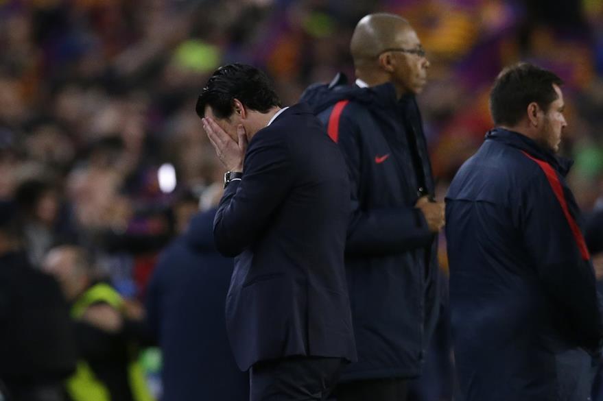 Emery no podía creer lo que sucedía en el Camp Nou. (Foto Prensa Libre: AP)