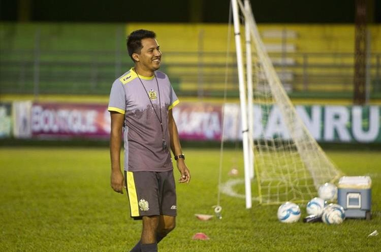 El técnico Amarini Villatoro confía llevar a su equipo al primer título en la historia de Guastatoya. (Foto Prensa Libre: Norvin Mendoza).