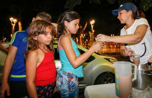 Muchos de los venezolanos en Cúcuta dependen de la caridad de los vecinos. GETTY IMAGES