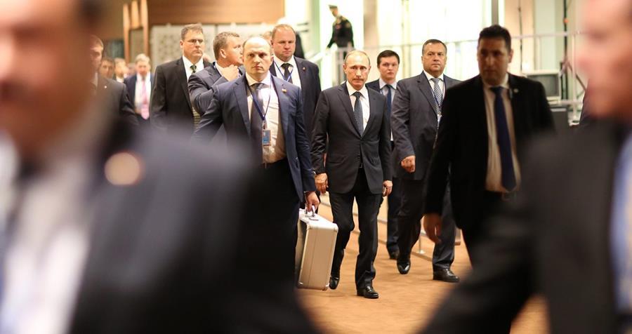 CDA132. NUEVA YORK (EE.UU), 28/09/2015.- El presidente de Rusia Vladimir Putin (c) camina en medio de su equipo de seguridad hoy, lunes 28 de septiembre de 2015, en la Asamblea General de la ONU que se celebra en su sede en Nueva York (Estados Unidos). Gobernantes como el estadounidense Barack Obama comparten tribuna desde hoy y durante esta semana con otros dirigentes que se estrenan en este debate, como el cubano Raúl Castro y el chino Xi Jinping. EFE/ANDREW GOMBERT