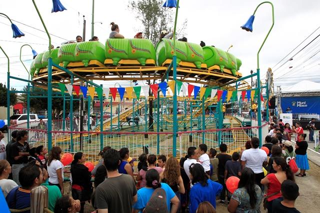 Decenas de personas asistieron a la inauguración del parque de diversiones en la zona 4 de Mixco. (Foto Prensa Libre: Carlos Hernández)