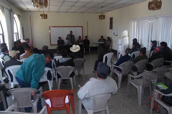 Autoridades y pobladores de Tecpán Guatemala se reunieron para tratar sobre el brote de rabia bovina detectado en tres municipios. (Foto Prensa Libre: José Rosales Pinzón)