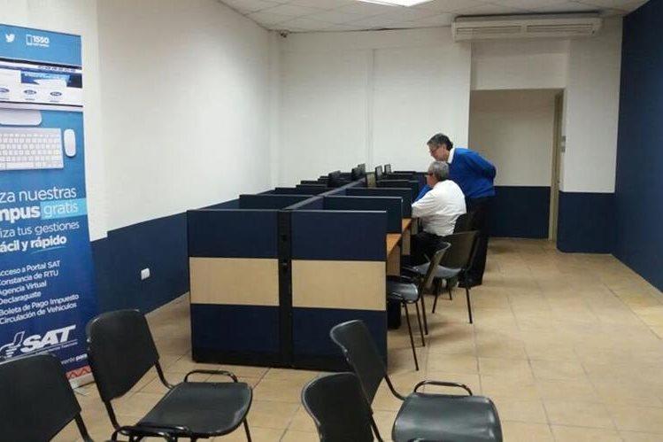 Dentro de la nueva agencia de la SAT en Carretera a El Salvador se habilitó un área con computadoras y acceso a internet que estará a disposición de los contribuyentes. (Foto Prensa Libre: Cortesía SAT)