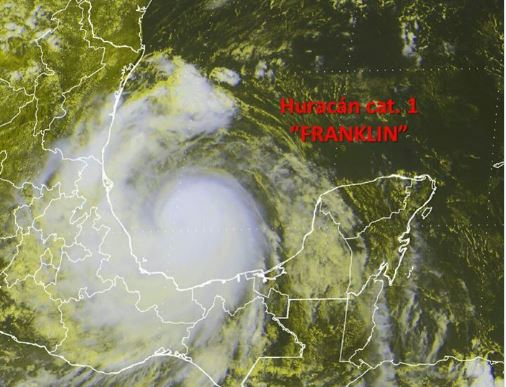 El huracán Franklin toca tierra en la costa de México. (Foto Prensa Libre: AFP)